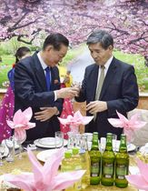 北朝鮮の宋日昊・朝日国交正常化交渉担当大使(左)と乾杯する金丸信吾氏=18日、平壌(共同)