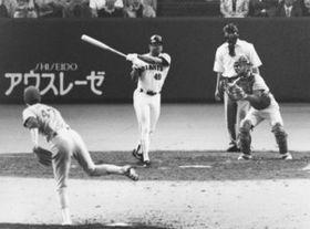 広島戦で敬遠のボールを打ち、サヨナラ二塁打を放ったクロマティ。投手は金石=1990年6月2日、東京ドーム