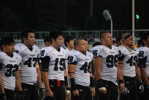 関学大に完敗し、ぼう然とする京大の幹部たち=10月27日、キンチョウスタジアム