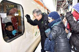 JR山形駅新幹線ホームでは手を振り別れを惜しむ人の姿もあった=山形市