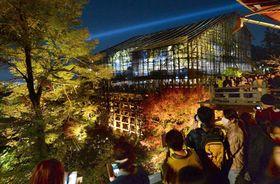 秋の夜間特別拝観が始まり、大勢の参拝者が訪れた清水寺の境内(17日午後5時57分、京都市東山区)