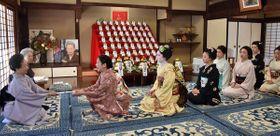 事始めで井上八千代さん(左端)にあいさつする芸舞妓たち=13日午前10時21分、京都市東山区・八千代さん方の稽古場
