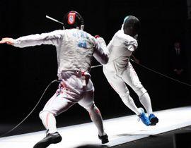 男子フルーレ決勝 上野優斗(左)を攻める藤野大樹=東京グローブ座(代表撮影)