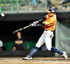 【香川―愛媛MP】3回表愛媛MP1死、岡村が右越えに先制の本塁打を放つ=レクザムスタジアム