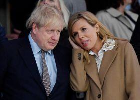 ジョンソン英首相(左)と婚約者のキャリー・サイモンズさん=3月、ロンドン(ロイター=共同)