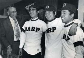 阪急から移籍した宮本幸信(左から2人目)、児玉好弘(同3人目)、渡辺弘基(右端)の3投手を激励するルーツ(1974年10月30日)