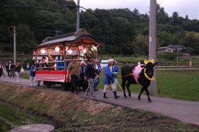 牛車に乗り、ホタルの観賞に向かう参加者