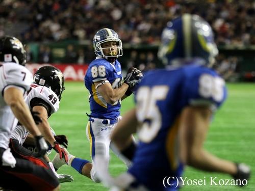 1Q15分、関学大WR木戸がWR木下へのTDパスを狙う=撮影:Yosei Kozano、3日、東京ドーム