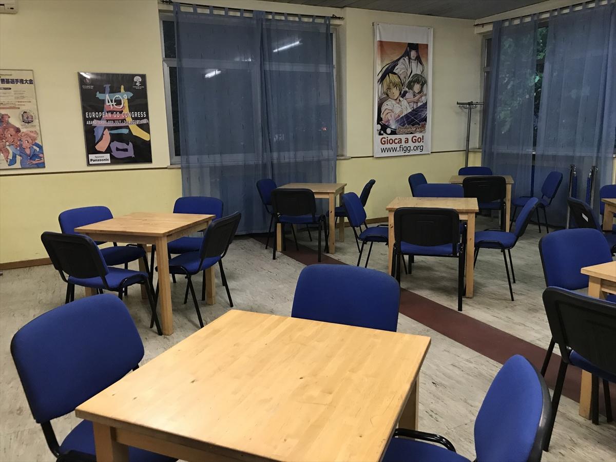 教室サイズの小部屋。囲碁のポスターも