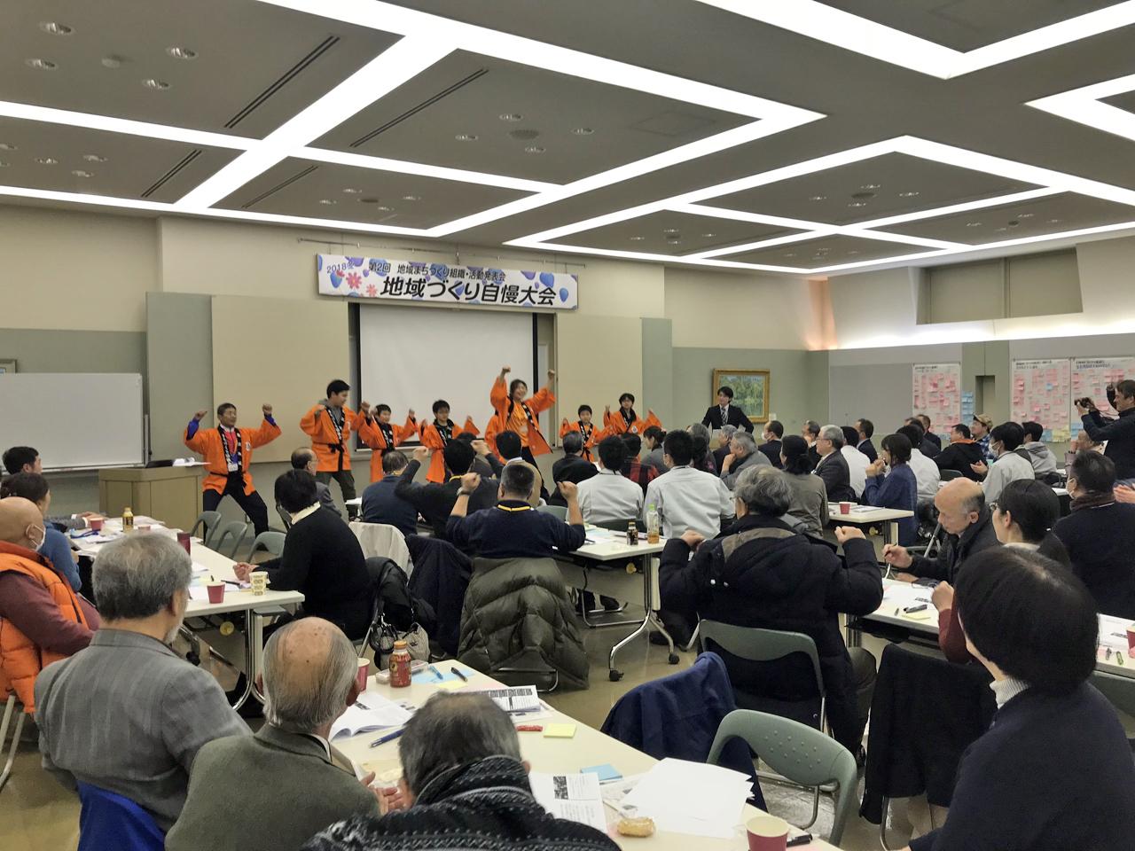地域の取り組みを発表する自慢大会。ユニークなアイデアが飛び出す=2018年2月、新潟県村上市(都岐沙羅パートナーズセンター提供)