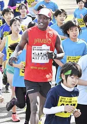 ワイナイナさん『力走』で後押し 蔵のまち喜多方健康マラソン