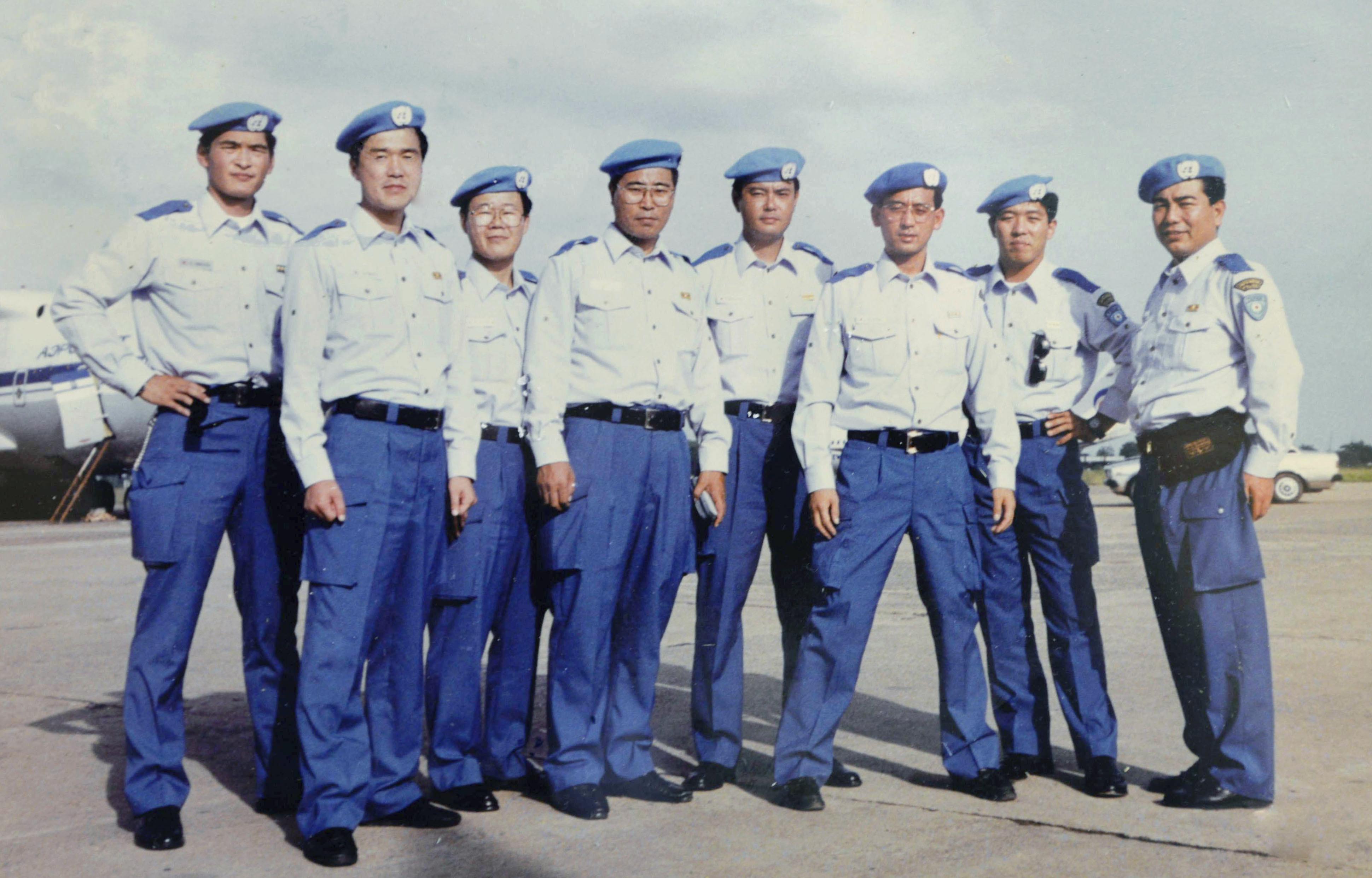 国連平和維持活動でカンボジアに派遣された日本の文民警察官。右から4人目が平林新一、左から2人目が殺害された高田晴行=1992年10月、プノンペン(敬称略)