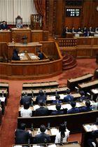 法曹養成制度関連の改正法を可決、成立した参院本会議=19日午前