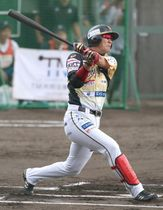 初回、栃木GBの西岡が右越えに先制の2点本塁打を放つ=新潟県魚沼市の広神野球場(新潟日報提供)