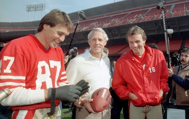 49ersの黄金期を支えた(左から)WRドワイト・クラーク、ビル・ウォルシュ監督、QBジョー・モンタナ(AP=共同)