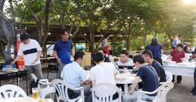 住民手づくりのビアガーデンでくつろぐ人々=薩摩川内市の柳山アグリランド