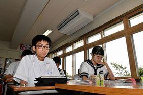 エアコンの効いた教室で授業を受ける鶴田中学校の生徒たち