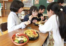 宝田小の児童が考えた海鮮丼(左)と天丼=上越市名立区