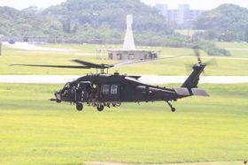 嘉手納飛行場を離陸するMH60ヘリコプター。同型機が25日、沖縄本島沖に墜落した