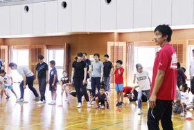 朝原さん(右)に速く走るこつを学んだ「スミセイバイタリティアクション」=長崎市、県立総合体育館