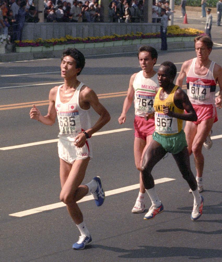 1988年のソウル五輪陸上男子マラソンで、5㌔付近を先頭で走る中山竹通(共同)