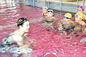 小学生に泳ぎ方を指導する寺川さん