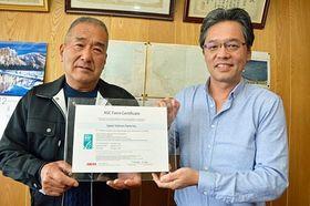 認証状を手にする日本サーモンファームの岡村社長(右)と竜飛今別漁協の野土組合長