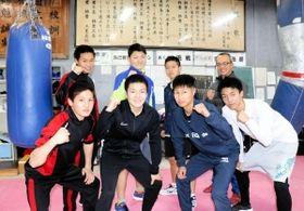 2023年春に予定される廃部を控え、躍進を誓い合う飾磨工ボクシング部のメンバーら=姫路市の同校