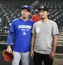 記念撮影するドジャース・前田(左)とマイナー契約の北方悠誠投手=フェニックス(共同)