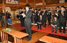 選手を代表して玉串をささげ、今季の必勝を誓う須藤選手(中央)