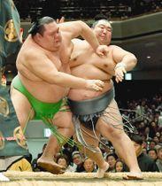 徳勝龍(右)が突き落としで千代丸を破り、1敗で首位を守る