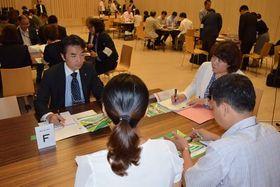 ベトナムの企業幹部らと商談する大塚テクノの担当者(左)=高松市内