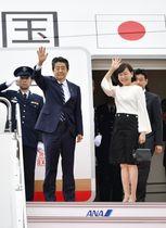 G7サミット出席のため、羽田空港を出発する安倍首相と昭恵夫人=23日午前