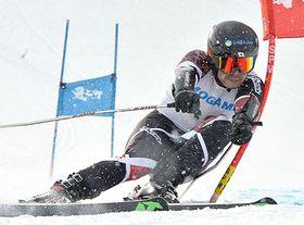 〈アルペン大回転成年男子B〉6連覇を達成した山科博史(置環)=最上町・赤倉温泉スキー場国体コース