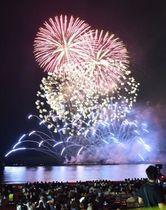 約7千発の花火が夜空を彩った花火大会=逗子海岸(昨年の様子)