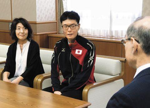知事に抱負を語る音信之介さん(中)。左は母美江さん=県庁で