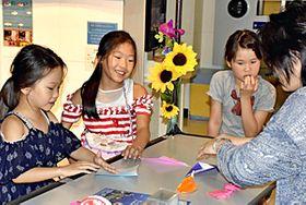 サイエンスフェスティバルで工作を楽しむ子どもたち