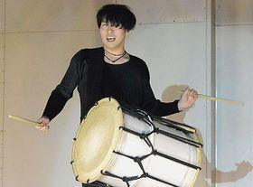 生徒らの前で情熱的な和太鼓演奏を披露する木村さん