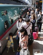 ゴールデンウイークが始まり、家族連れらで混雑するJR東京駅の新幹線ホーム=2018年4月28日
