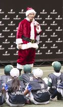 サンタクロース姿で慈善イベントに参加したヤンキースの田中=2日、神宮球場室内練習場