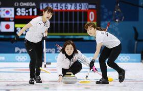 平昌冬季五輪のカーリング女子準決勝、日本―韓国戦の第1エンドでショットを放つ藤沢。左は吉田夕、右は鈴木=23日、韓国・江陵(共同)