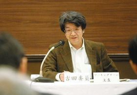 原電の担当者(手前)へ質問を投げかける古田教授=水戸市で