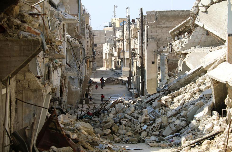 昨年12月にアサド政権軍が完全制圧したシリア内戦最大の激戦地アレッポ。戦闘で建物が破壊された旧反体制派地域で子どもたちが遊んでいた=2月(撮影・吉田昌樹)