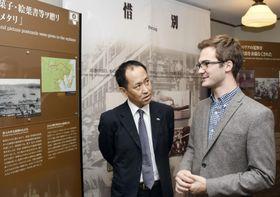 資料館「人道の港敦賀ムゼウム」を訪れたルーカシュ・グラボウスキさん(右)=22日、福井県敦賀市