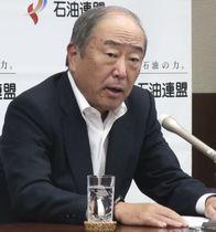 記者会見する石油連盟の月岡隆会長=18日午後、東京都千代田区