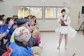 仮設住宅の集会所でライブを開いた奥野ひかるさん(右端)=4日午後、岩手県大船渡市