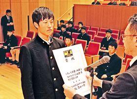 T1で優勝し、表彰を受ける富山第一2ndの中町選手(左)=富山中部高校