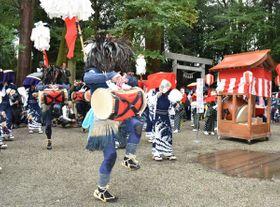 【足を上げかんこ踊りを舞う踊り手ら=津市榊原町の射山神社で】