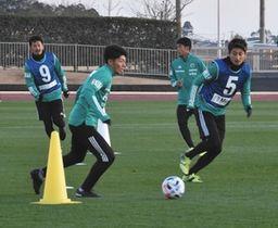 1次キャンプで汗を流す選手たち=千葉県東金市の東金アリーナ陸上競技場で