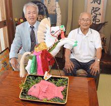 「八朔だんご馬」を愛宕神社に奉納する秋さん(左)と高尾さん=丸亀市綾歌町